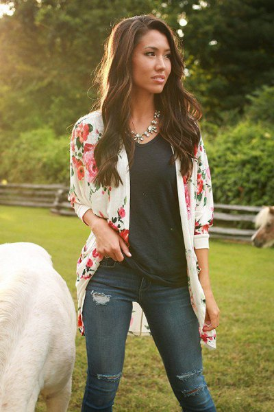 pale pink flower jacket with black t-shirt and dark skinny jeans