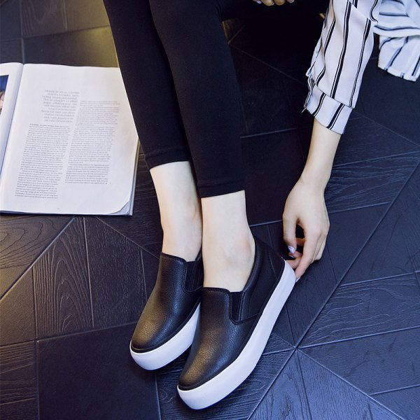 Skinny jeans with black and white leather sneakers
