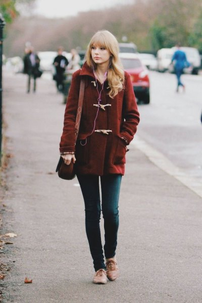 Burgundy wool coat with dark gray skinny jeans and light brown evening shoes