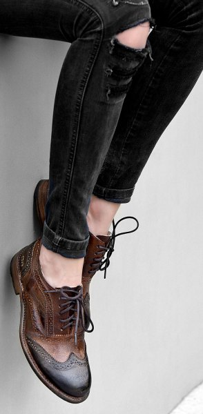 black skinny jeans and brown leather wingtip shoes