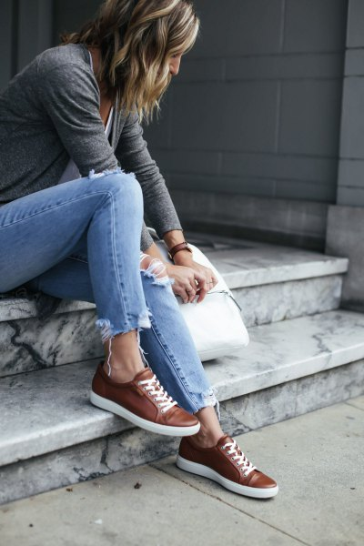 gray t-shirt with light blue slim fit jeans and brown leather sneakers