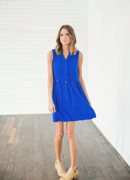 sleeveless mini summer dress in royal blue with pink heels