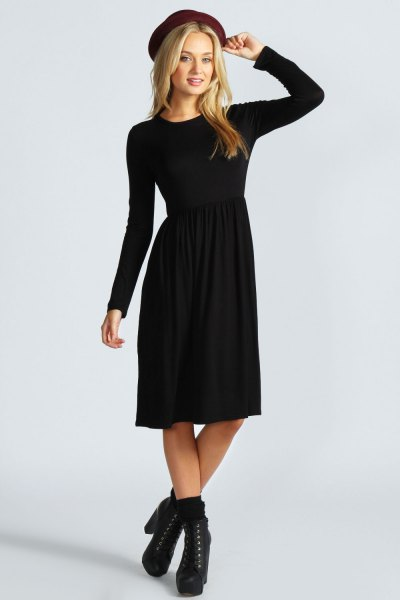Felt hat with black long-sleeved fit and flared midi dress with boots with heels