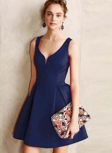 Dark blue mini dress with V-neck and flap with clutch bag with floral print