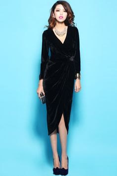 long wrap dress with V-neck made of black midi velvet and silver necklace