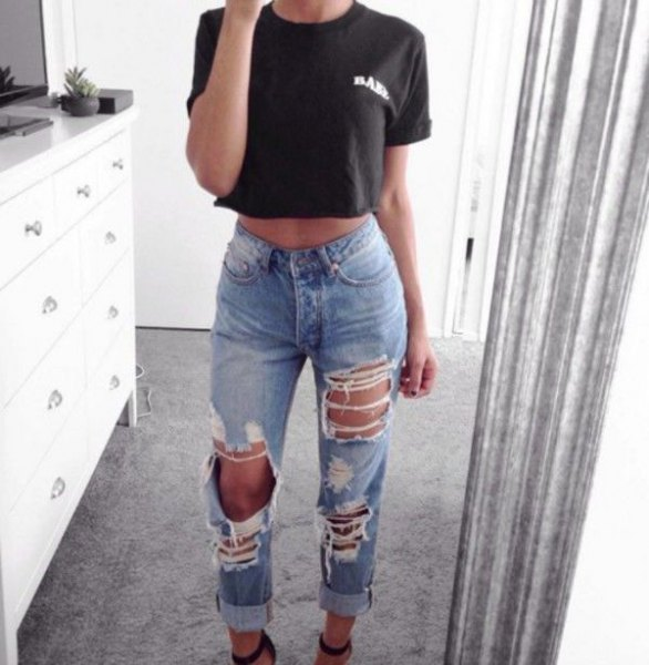 black short t-shirt with blue jeans in used look