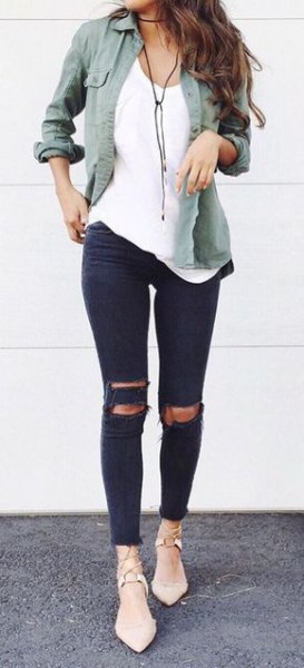 gray linen boyfriend shirt with torn skinny jeans and light pink heels