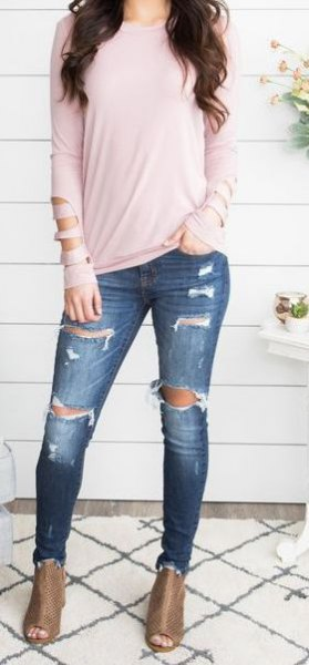 Light pink long sleeve t-shirt with dark blue jeans and open toe boots