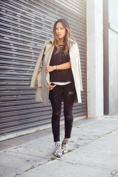 Light pink longline blazer with black skinny jeans and leopard print boots