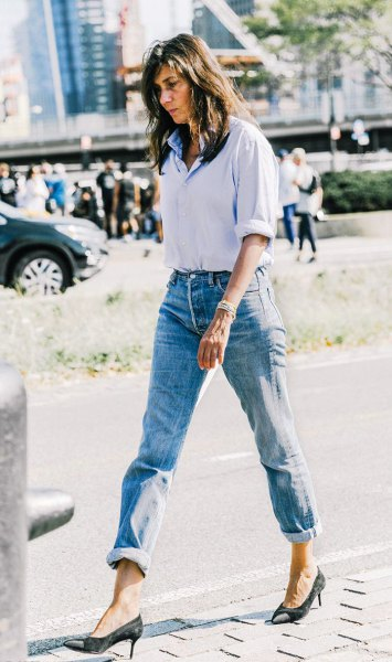Light blue shirt with buttons and mom jeans with cuffs and black heels