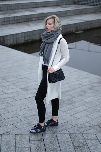 white longline cardigan sweater with gray fringed scarf and black skinny jeans