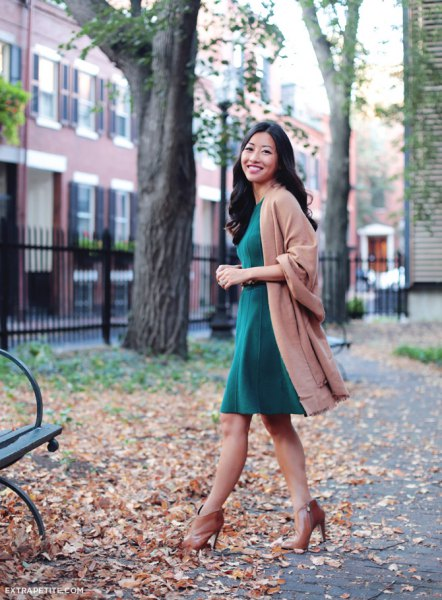 Camel wool coat with a gray fit and a knee-length flared dress
