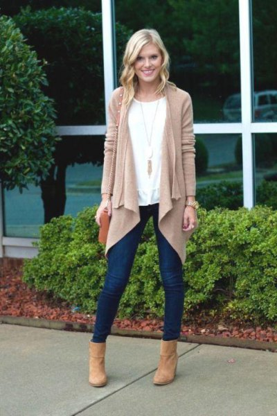 blushing cardigan with dark blue skinny jeans