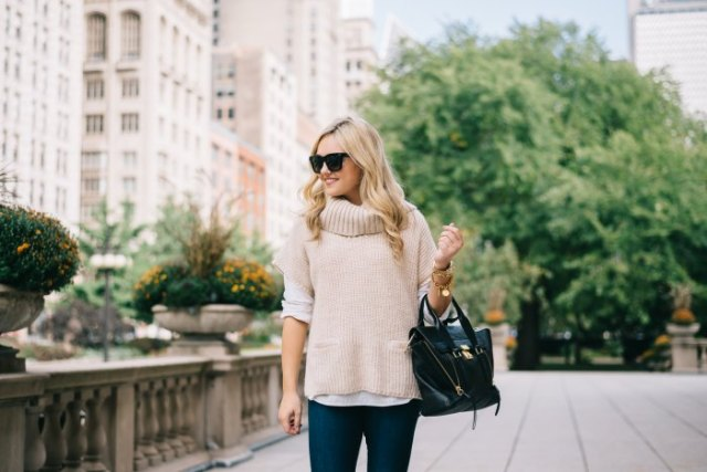 Light pink turtleneck sweater with short sleeves and dark jeans