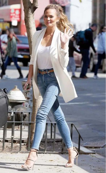 white long blazer with tank top with scoop neck and blue skinny jeans