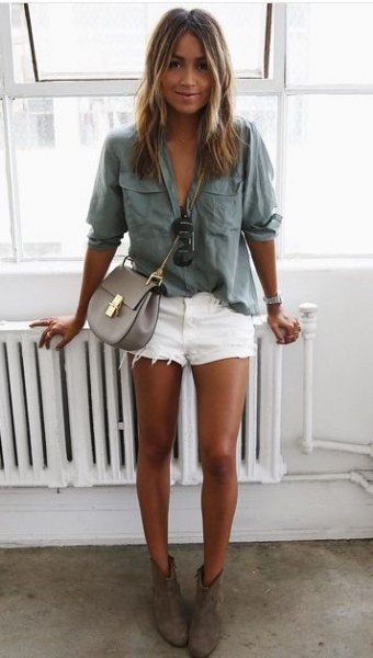 Relaxed shirt with a gray pocket front and white denim shorts