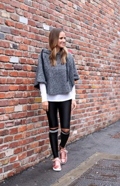 gray gray mottled sweater with knee-length tubular pants made of black leather