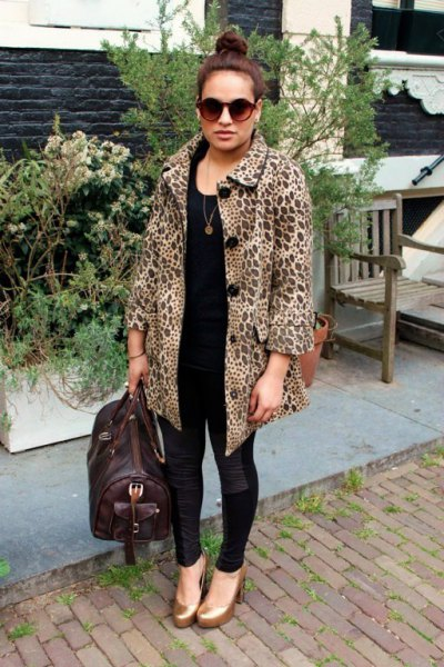 black and white printed coat with skinny jeans and gold shoes with rounded toes