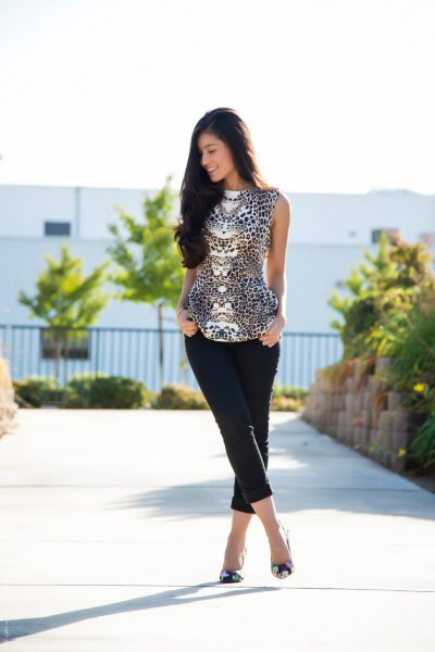 Sleeveless blouse with leopard print in black and white and shorts