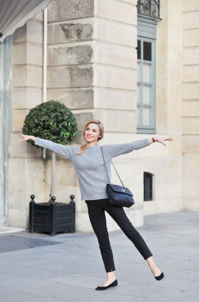 gray sweater with skinny jeans and black casual ballerinas
