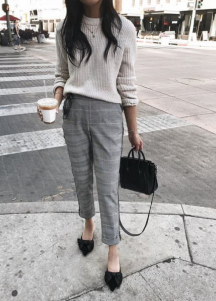 white, ribbed, chunky sweater with shortened, checkered, slim-cut trousers