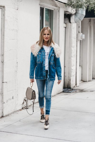Denim jacket with blue fur collar and skinny jeans
