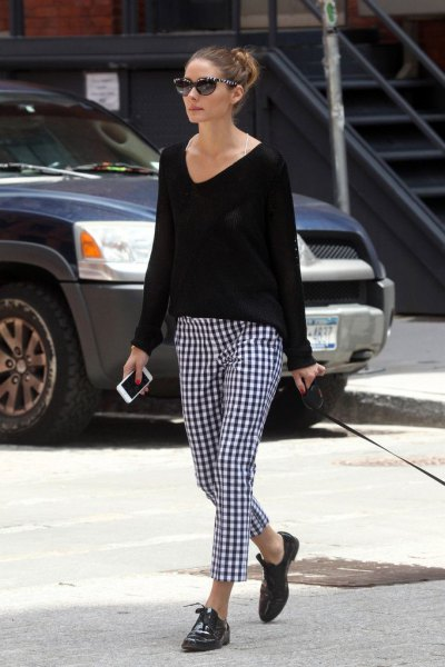 V-neck sweater, black and white checked tube pants and oxford shoes
