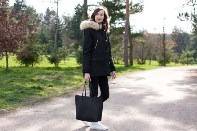 black longline jacket with skinny jeans and white sneakers