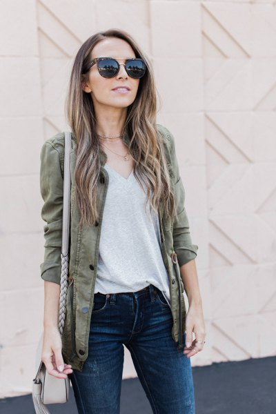 gray blazer with V-neck t-shirt and dark skinny jeans
