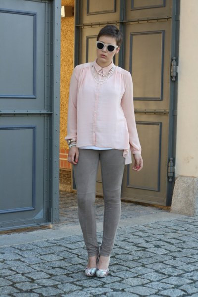 Light pink chiffon blouse with buttons and gray skinny jeans