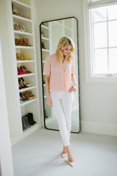 Light pink short sleeve shirt with white skinny jeans
