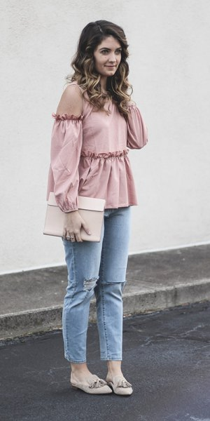 light pink peplum top with cold shoulder and light blue skinny jeans
