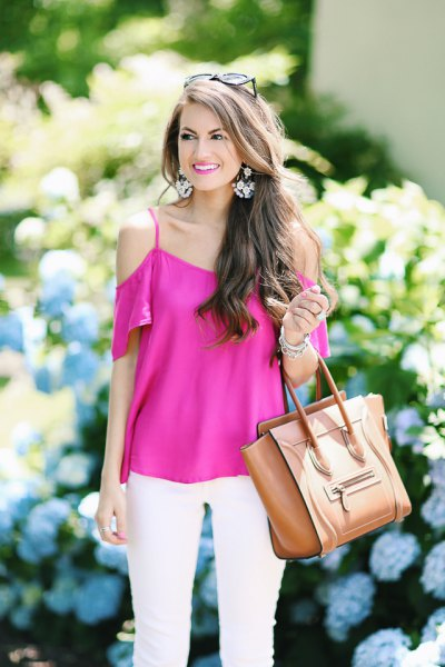 short-sleeved pink top with cold shoulder and white skinny jeans