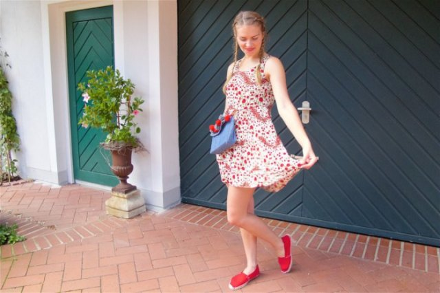 red and white tank mini dress with blue jeans clutch