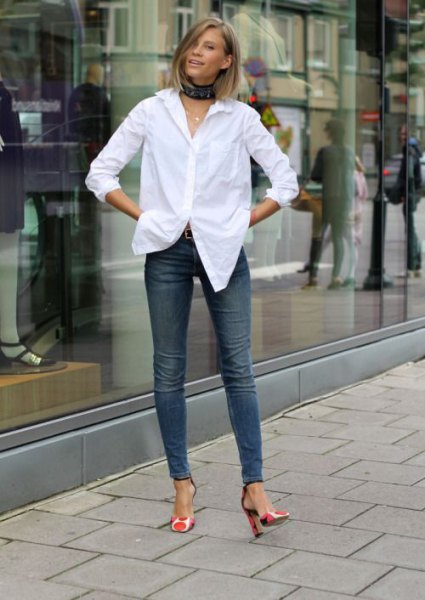 white shirt with black collar and skinny jeans