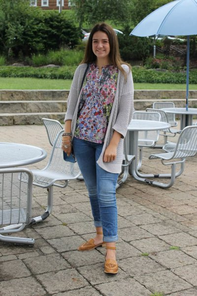 light gray cardigan with blouse with floral pattern and jeans with cuffs