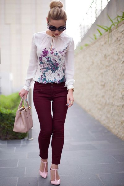 white blouse with chiffon print and black skinny jeans