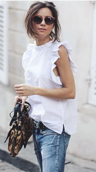sleeveless shirt with stand-up collar and washed jeans with belt