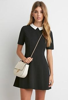 Mini collar dress with black fit and flared collar and white leather handbag