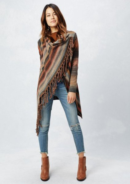 Blanket sweater with green fringes and short-cut jeans with a slim fit