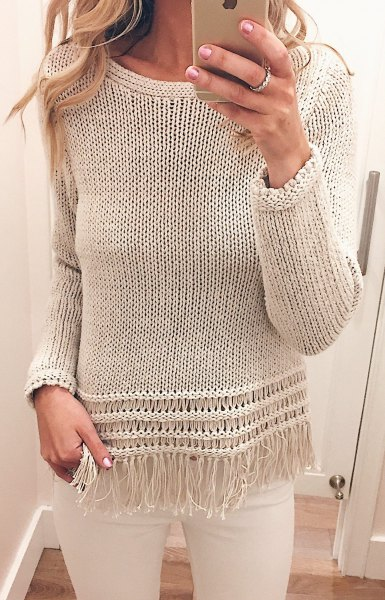 Relaxed fit sweater with ivory fringes and white skinny jeans