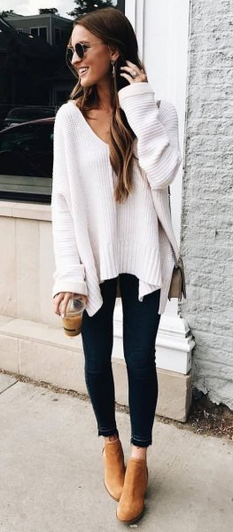 white, chunky autumn sweater with V-neck and black skinny jeans