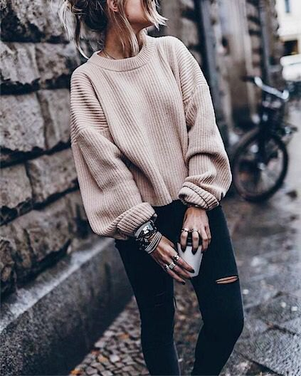 white, chunky, ribbed autumn sweater with black, torn skinny jeans