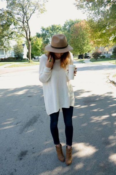 white tunic oversize autumn sweater with black skinny jeans