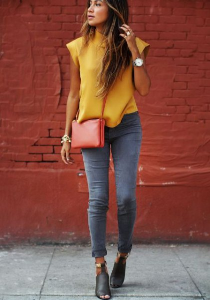 Sleeveless blouse with mustard neckline and gray skinny jeans with cuffs