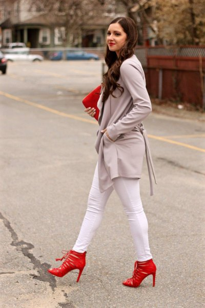 gray long casual blazer with white skinny jeans and red heels