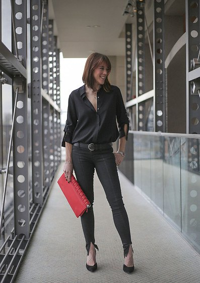 black button-down shirt with slit ankle jeans and ballerinas