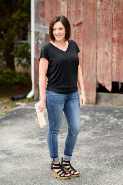 black V-neck t-shirt, skinny jeans with cuffs and black lace-up sandals