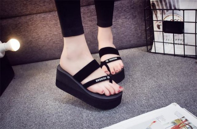 black skinny jeans with matching wedge flip-flops