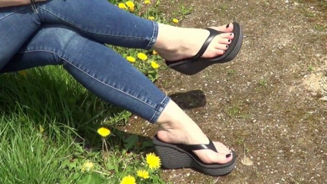 Navy skinny jeans with black high-heeled flip-flops